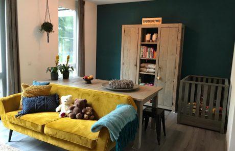 Interieur met gele bank gezinshuis De Glind